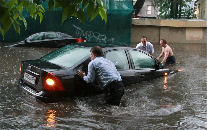 Что делать, если машину затопило при проезде лужи?